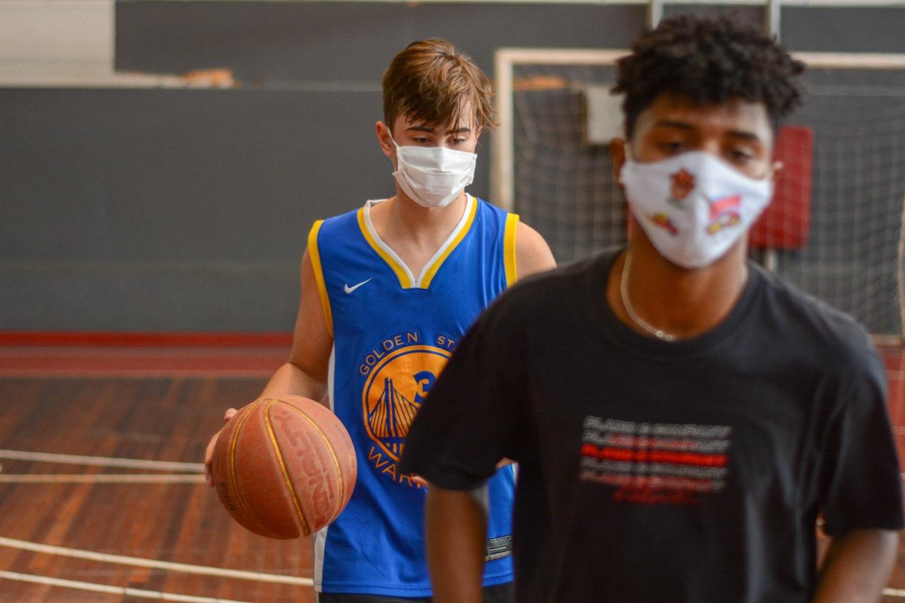 Jovens participam de clínica de basquetebol